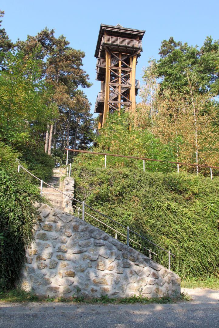 kőből rakott lépcsősor vezet fel a kilátóhoz