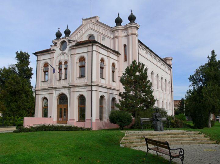egykori zsinagóga, jelenleg könyvtár