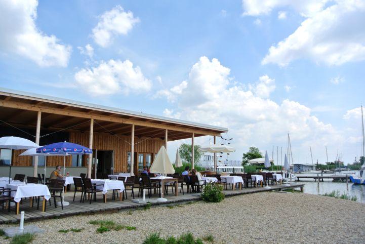 a Seejungfrau étterem a jacht kikötő mellett