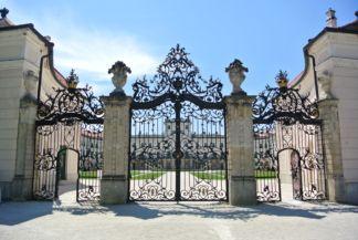 a kastély kovácsoltvas kapuja