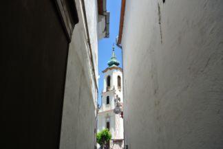 Blagovesztenszka-templom egy sikátorból