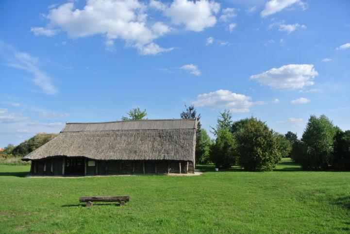 nádtetős épület a Régészeti Parkban