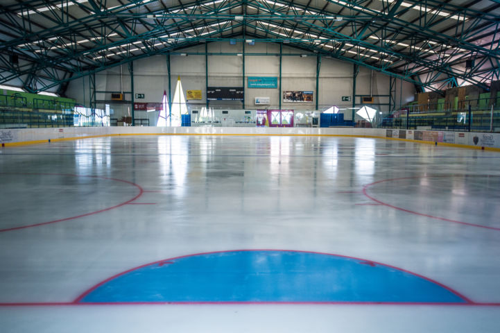 hosszan elnyúló jég a Szeged Városi Műjégpályán