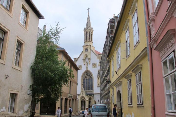Szeplőtelen Fogantatás-templom (Orsolyita templom) a Fegyvertár utca felől nézve