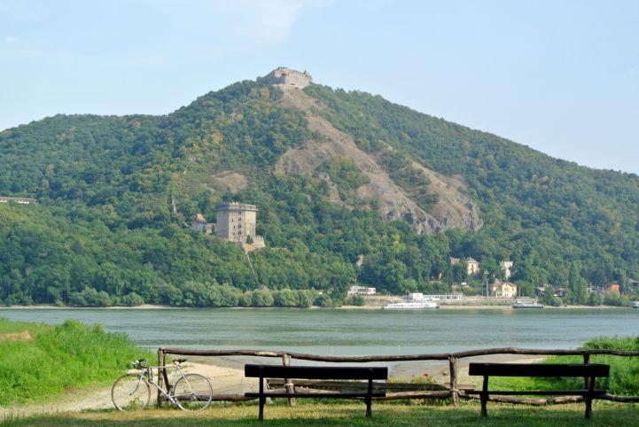 Duna-parti pihenőhely Nagymaroson, ahonnan igazán szép kilátás nyílik a Visegrádi Fellegvárra