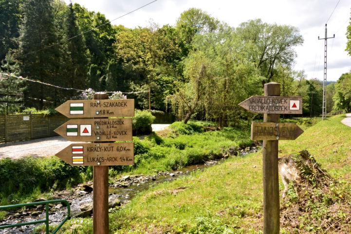 irányjelző táblák a Dömösi-Malom-patak mellett