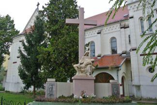 emlékkereszt a Jézus Szíve-templom mellett