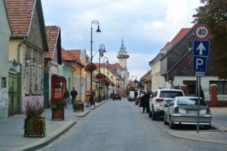 utcakép, háttérben a Városháza tornyával