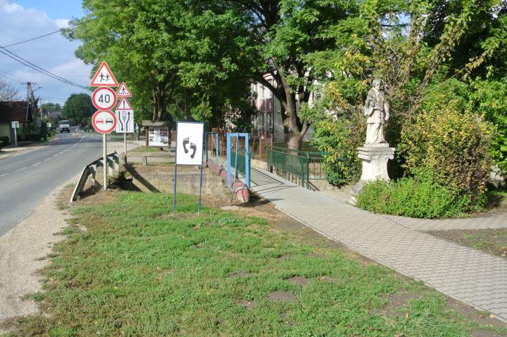 a Mezítlábas ösvény bejáratát jelző tábla