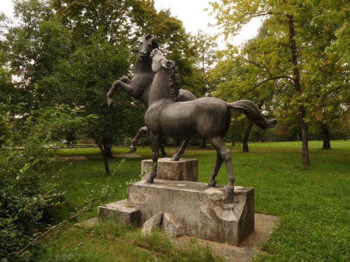 Állattenyésztési Kutatóintézet parkjában található lovasszobor