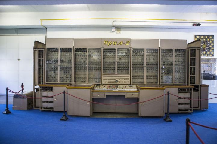 a kisebb szobányi méretű URAL-2 számítógép
