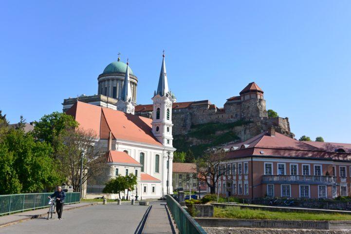 Loyolai Szent Ignác-templom (Vízivárosi templom), háttérben a bazilika