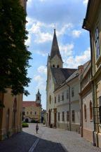 a Vár utca látképe: elől a Szent Imre-templom (volt piarista templom) hátrébb a ferences Szent István király templom látható