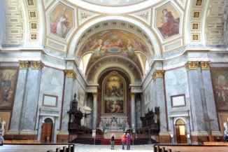 a Bazilika belső tere a főoltárral