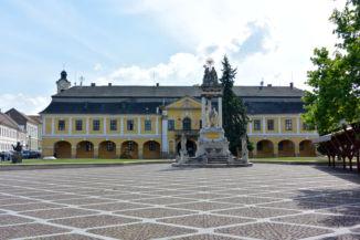 Szentháromság-szobor a főtéren, mögötte a Városháza épülete
