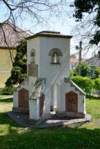emlékmű a Keresztelő Szent János születése-templom kertjében