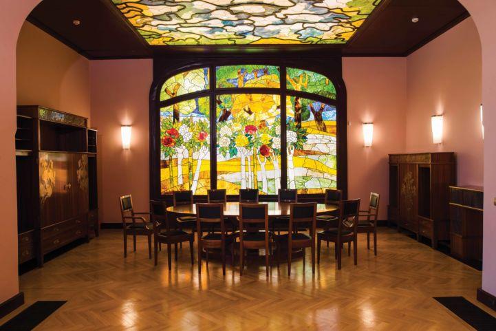 a tiszadobi Andrássy-kastély ebédlője Róth Miksa színes üvegablakaival (Fotó: Forster Központ)