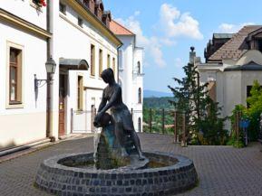 Korsós leány (a köznyelvben Zsuzsi-szobor, R. Kiss Lenke alkotása, 1961)