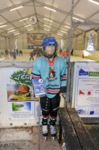 jéghokisnak öltöztetett bábu a jégpálya mellett