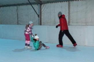 a korcsolyázás még akkor is jó élmény, ha néha elesünk