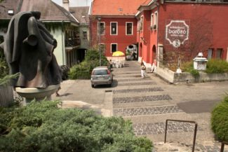 Gizella udvar, balra a Fortuna kút hátulja látható