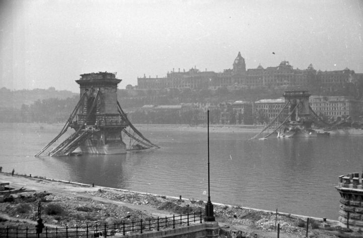 the blown up Chain Bridge and the ruined Buda Castle in 1945 (Fortepan, Márton Kurutz)