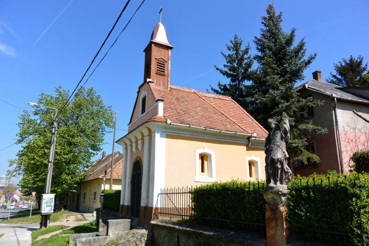 Szent Rozália-kápolna és az előtte álló Szent Flórián-szobor