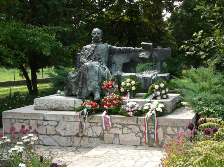 Eötvös József-szobor