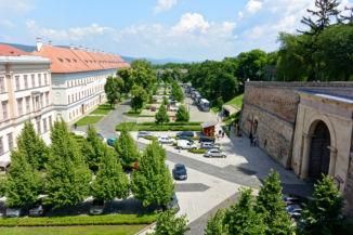 Szent István tér, balra az Ószeminárium, jobbra a Sötétkapu