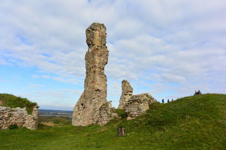 messziről látszik a nógrádi vár háromemeletes reneszánsz tornyának megmaradt csonkja