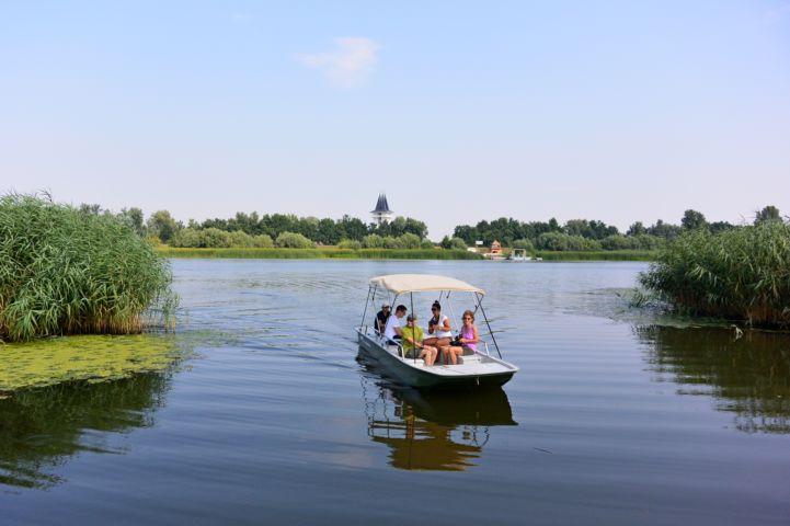 kishajóval lehet kijutni a Tisza-tavi Madárrezervátumban található tanösvényhez