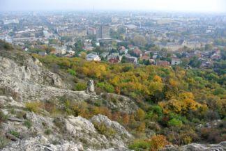 a Beethoven-szikla az őszi lombkoronák előtt
