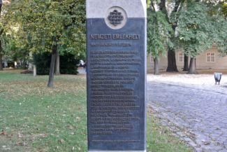 Nemzeti Emlékhely-tábla a Nemzeti Múzeum kertjében