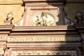 Szent István-dombormű a Bazilika bejárata felett