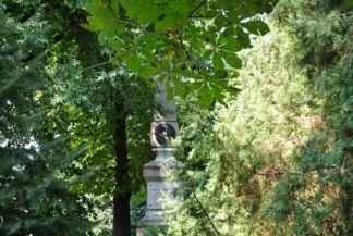 Vörösmarty Mihály-emlékmű a Luczenbacher-kastély kertjében