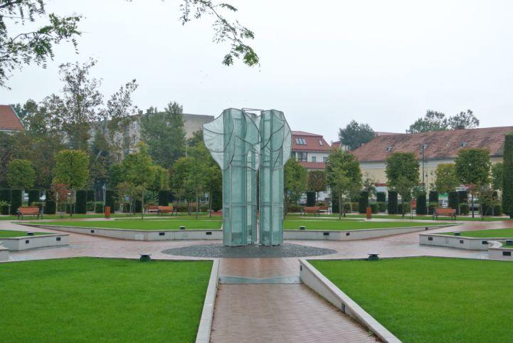 Orosháza újratelepítése emlékmű (üveg körtefa)