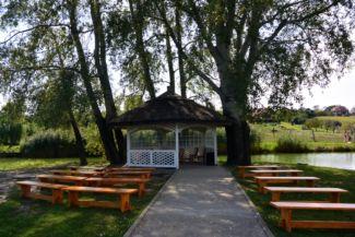 pavilon a tordasi horgásztó szigetén