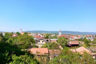 kilátás a Kerektemplom dombjáról az új katolikus és az evangélikus templommal