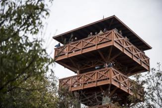 az új, tihanyi Őrtorony kilátó az Apáti-hegyen