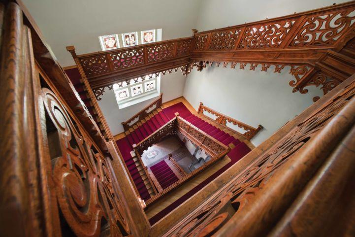 faragott korlát a lépcsőkön a tiszadobi Andrássy-kastélyban (forrás: Forster Központ)