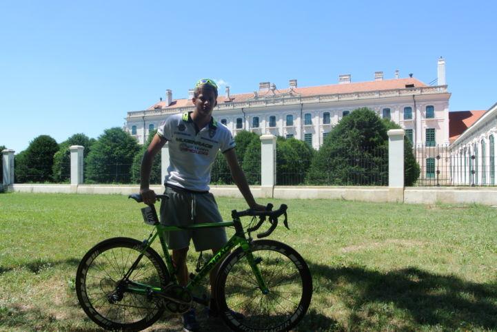 Tour de Hongrie, egy versenyző a fertődi rajt előtt