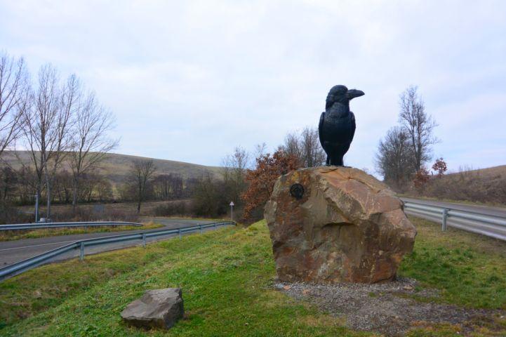 Holló szobor az útkereszteződésben