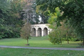 a kastély parkjában álló kőhíd