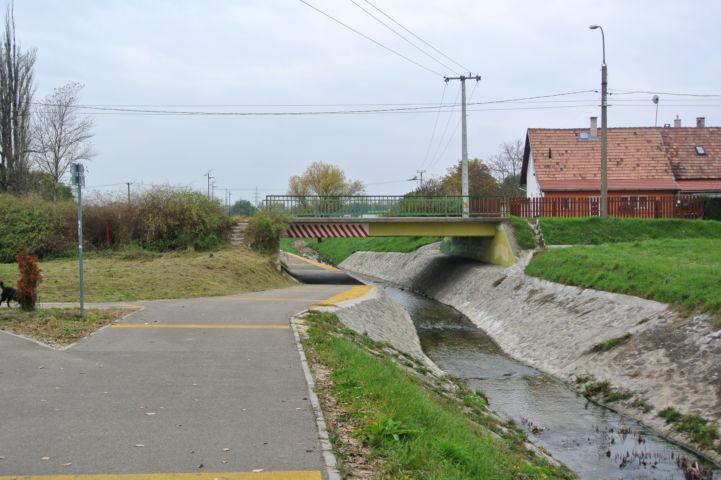 a Rákos-patak menti kerékpárút egy szakasza