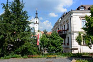 a Városháza az előtte lévő térrel, háttérben a Tűztoronnyal