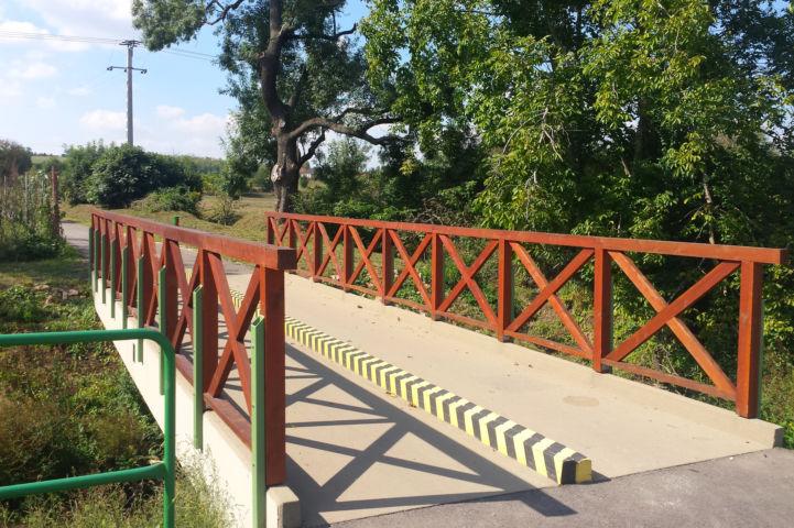 áthaladunk a Szent László-patak fölött átívelő hídon