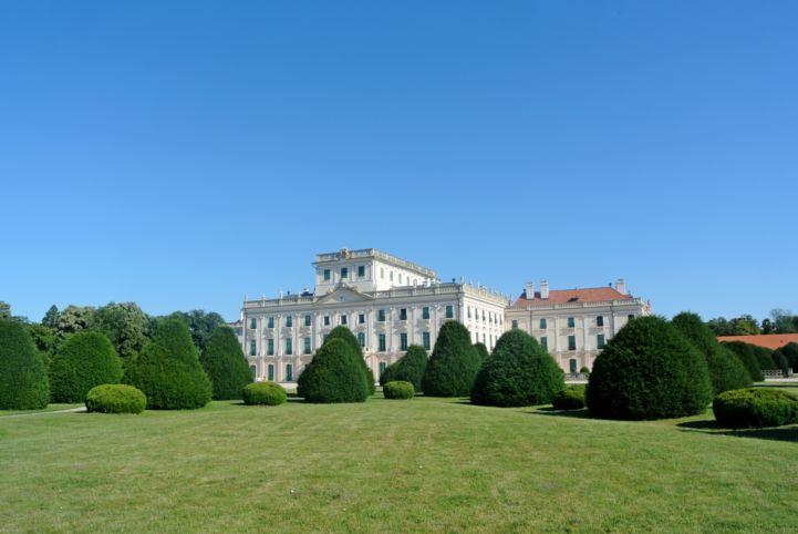a kastély hátsó frontja a parterből nézve