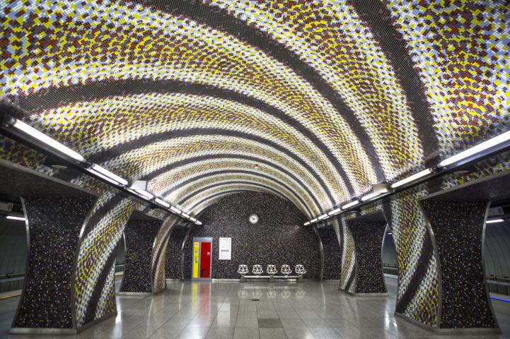 szédítő mintájú a 4-es metró Szent Gellért téri megállójának burkolata