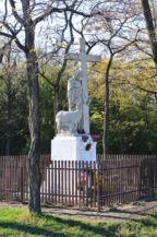 szobor a Borzaspusztai templom romjánál