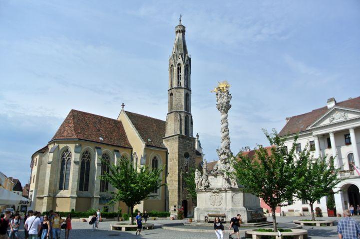 Kecske-templom, előtte a Szentháromság-szoborral